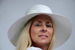 Mujer con el sombrero blanco Fotografía de archivo