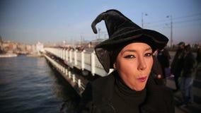 Mujer con el sombrero de la bruja fuera de la ciudad de Estambul, pavo almacen de metraje de vídeo