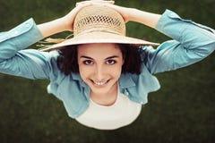 Mujer con el sombrero de paja Foto de archivo libre de regalías