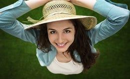 Mujer con el sombrero de paja Imagen de archivo libre de regalías