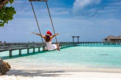 Mujer con el sombrero de Papá Noel en una playa tropical imágenes de archivo libres de regalías