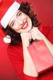 Mujer con el sombrero de Papá Noel que sostiene el panier, Fotografía de archivo