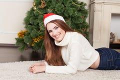 Mujer con el sombrero de Santa Foto de archivo libre de regalías
