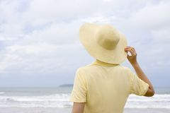 Mujer con el sombrero en una playa imagen de archivo