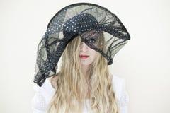 Mujer con el sombrero grande imagenes de archivo