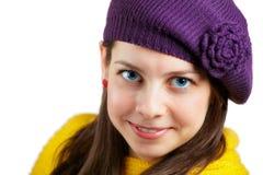 Mujer con el sombrero púrpura y la bufanda amarilla Fotos de archivo libres de regalías