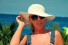 Mujer con el sombrero por el mar Imagen de archivo libre de regalías