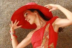 Mujer con el sombrero rojo grande imponente   Fotografía de archivo
