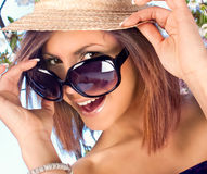 Mujer con el sombrero y las gafas de sol en tiempo de verano imagenes de archivo