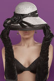 Mujer con el sombrero y los guantes Fotos de archivo