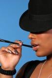 Mujer con el sostenedor de cigarrillo Fotos de archivo
