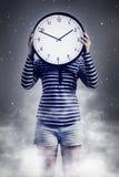Mujer con el sueño del reloj imagenes de archivo