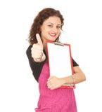 Mujer con el sujetapapeles en blanco, pulgar para arriba Fotos de archivo libres de regalías