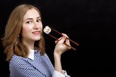 Mujer con el sushi Fotografía de archivo