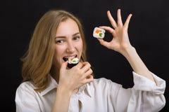 Mujer con el sushi Imágenes de archivo libres de regalías