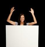 Mujer con el tablón de anuncios en blanco Foto de archivo