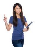 Mujer con el tablero con el finger para arriba Imágenes de archivo libres de regalías