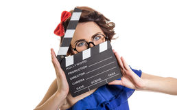 Mujer con el tablero de chapaleta de la película aislado en blanco Foto de archivo libre de regalías