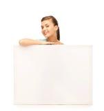 Mujer con el tablero en blanco blanco Fotos de archivo libres de regalías