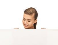 Mujer con el tablero en blanco blanco Foto de archivo
