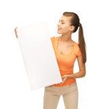 Mujer con el tablero en blanco blanco Foto de archivo libre de regalías