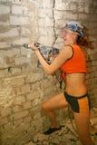 Mujer con el taladro de martillo Imagen de archivo libre de regalías