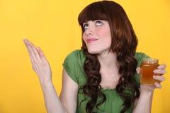 Mujer con el tarro de atasco Imagen de archivo libre de regalías