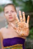 Mujer con el tatuaje Imagenes de archivo