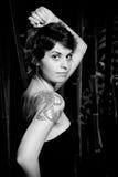Mujer con el tatuaje foto de archivo