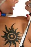 Mujer con el tatuaje Imagen de archivo libre de regalías