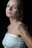 Mujer con el tatuaje de la alheña en su hombro Imagenes de archivo