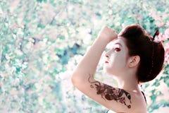 Mujer con el tatuaje de la serpiente en su brazo Imágenes de archivo libres de regalías