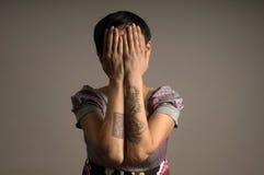 Mujer con el tatuaje en los brazos Imagen de archivo libre de regalías