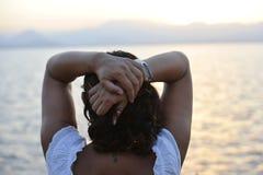 Mujer con el tatuaje trasero del seahorse que se coloca solamente de mirada de horizonte de mar imágenes de archivo libres de regalías