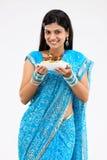 mujer con el tazón de fuente del arroz y del pollo Imágenes de archivo libres de regalías
