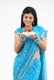 mujer con el tazón de fuente del arroz y del pollo Fotografía de archivo