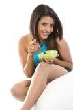Mujer con el tazón de fuente del desayuno Imagenes de archivo