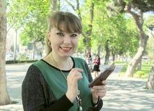 Mujer con el teléfono Imagen de archivo