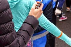 mujer con el teléfono Fotos de archivo