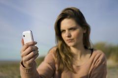 mujer con el teléfono celular Imagen de archivo