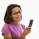 Mujer con el teléfono celular. Fotografía de archivo