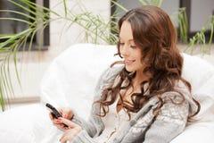 Mujer con el teléfono celular Imagenes de archivo