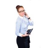 Mujer con el teléfono celular y la calculadora Foto de archivo