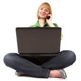 Mujer con el teléfono celular y la computadora portátil Fotos de archivo libres de regalías
