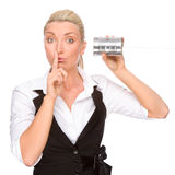 Mujer con el teléfono del estaño imagenes de archivo