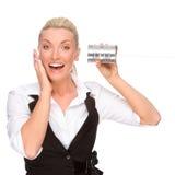 Mujer con el teléfono del estaño foto de archivo