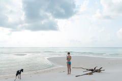 Mujer con el teléfono en la playa Fotografía de archivo libre de regalías