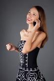 Mujer con el teléfono móvil en estudio Imagen de archivo