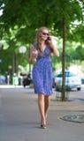 Mujer con el teléfono móvil en la calle fotos de archivo libres de regalías