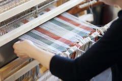 Mujer con el telar Imágenes de archivo libres de regalías